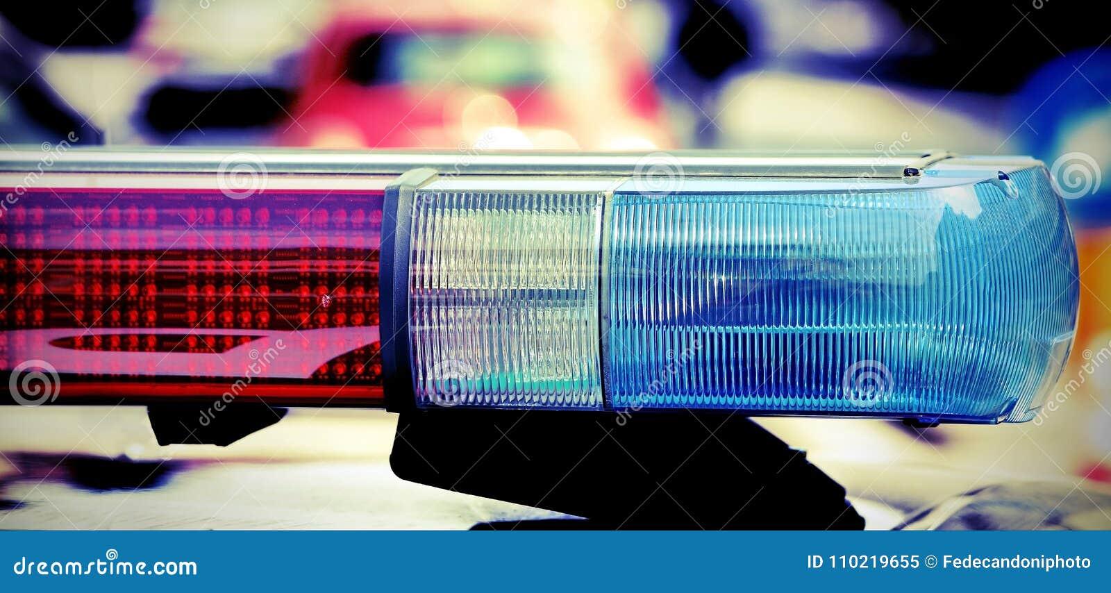 Het opvlammen en sirene van de politiewagen met uitstekend effect
