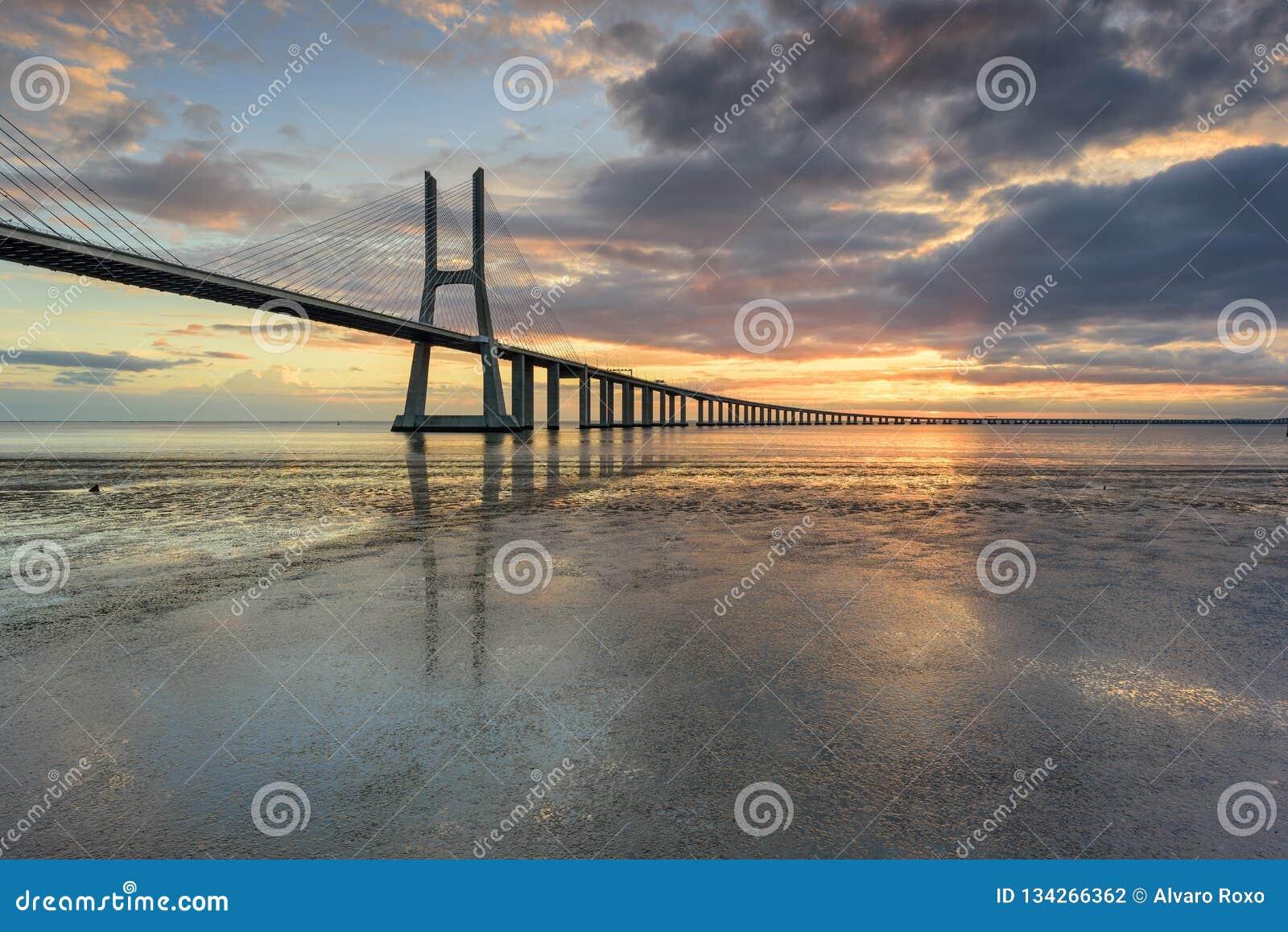 Het oriëntatiepunt van Lissabon Vasco da Gama Bridge-landschap bij zonsopgang