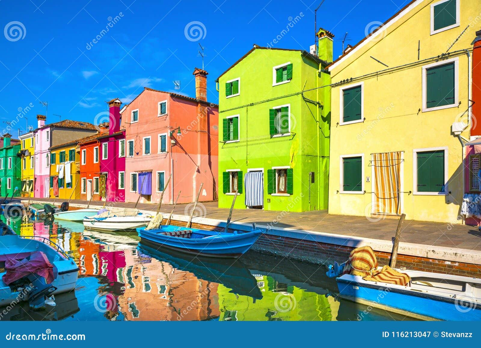 Het oriëntatiepunt van Venetië, Burano-eilandkanaal, kleurrijke huizen en boten,