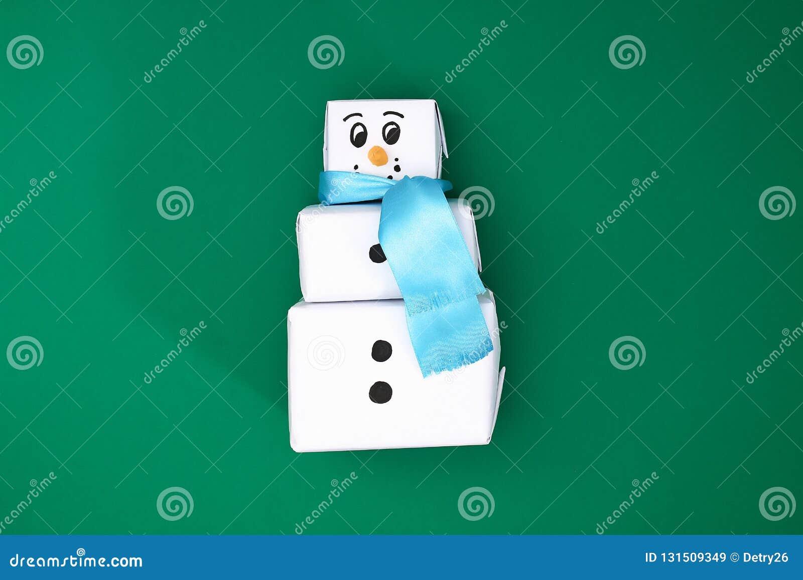 Het originele ontwerp van de drie Kerstmisgift van Witboek, een satijnlint in de vorm van een sneeuwman op een groene achtergrond