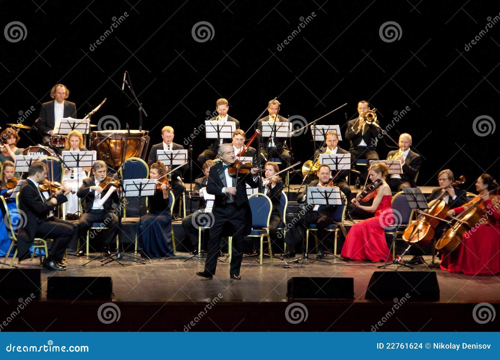 Het Orkest Wenen van het Festival Peter Guth en Strauss