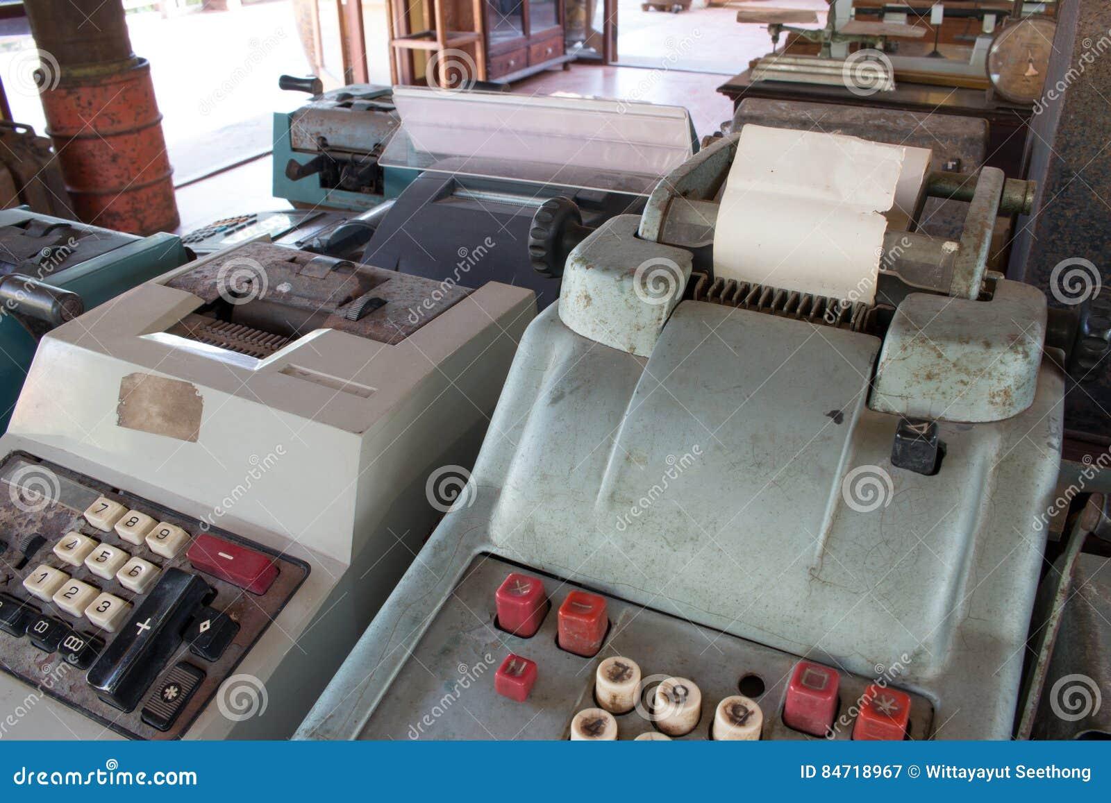 Het oude antieke kasregister, de rekenmachines of de antiquiteit berekenen