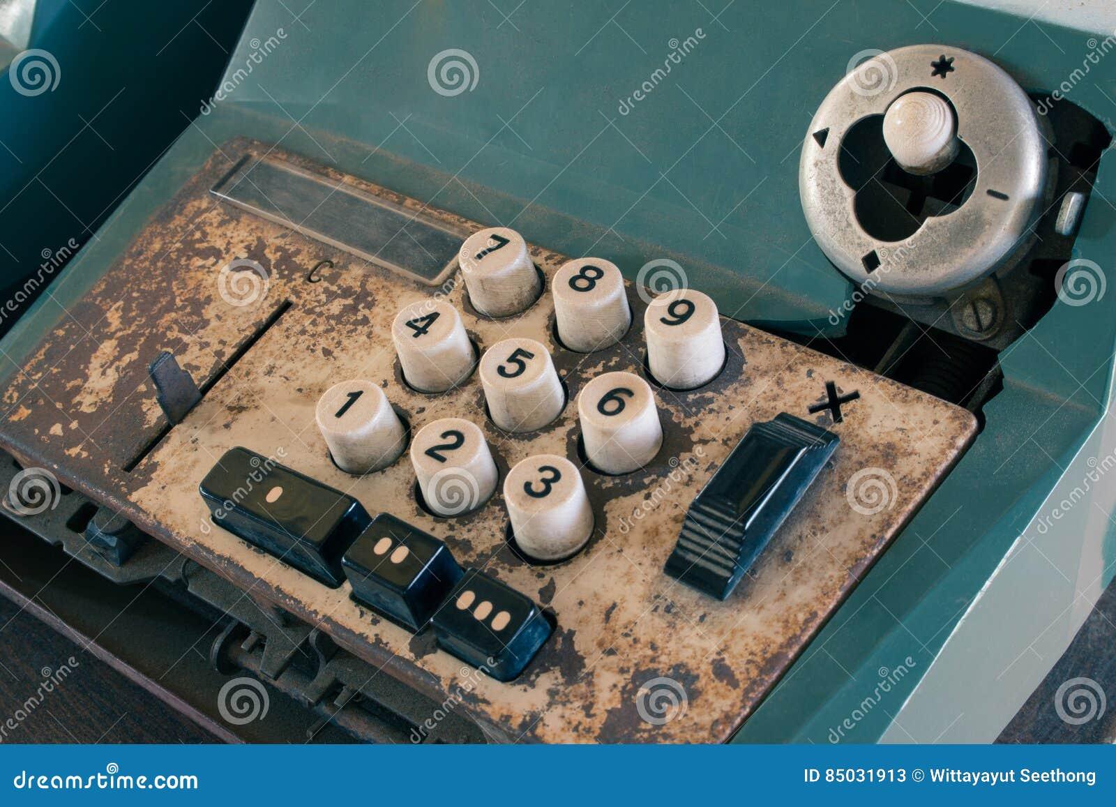 Het oude antieke kasregister, de rekenmachines of de antiquiteit berekenen in oude gemakopslag