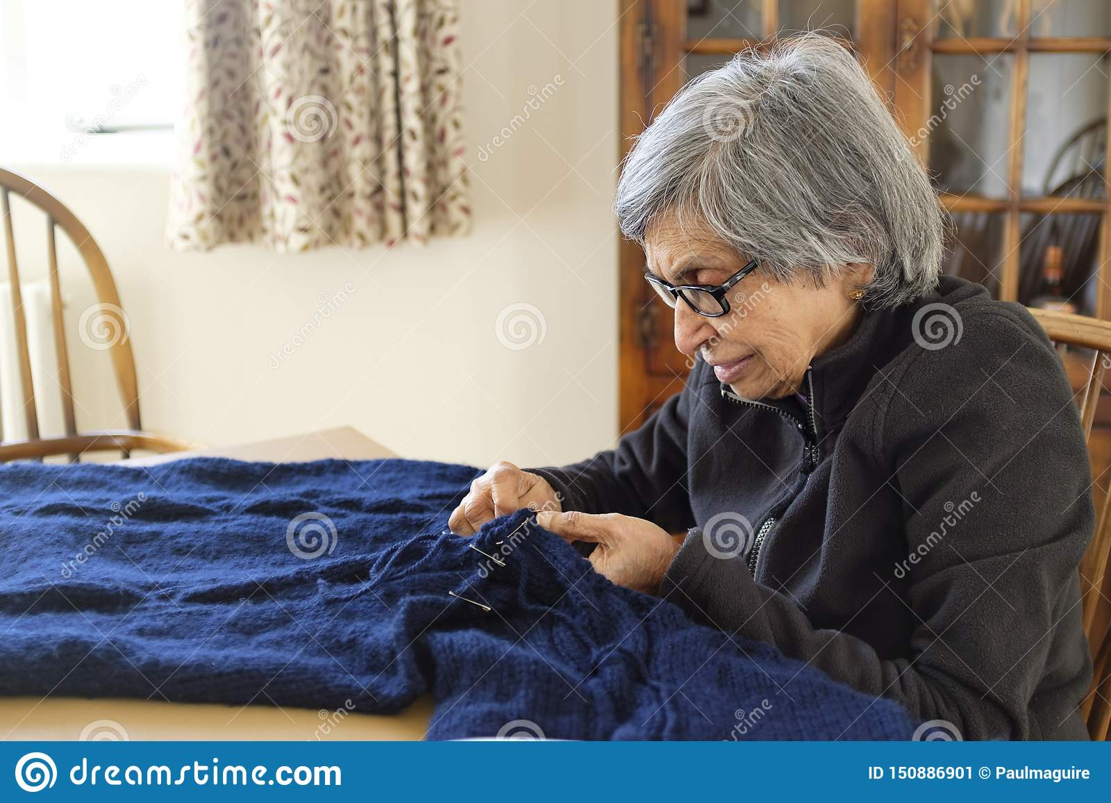 Het oude Aziatische vrouw breien