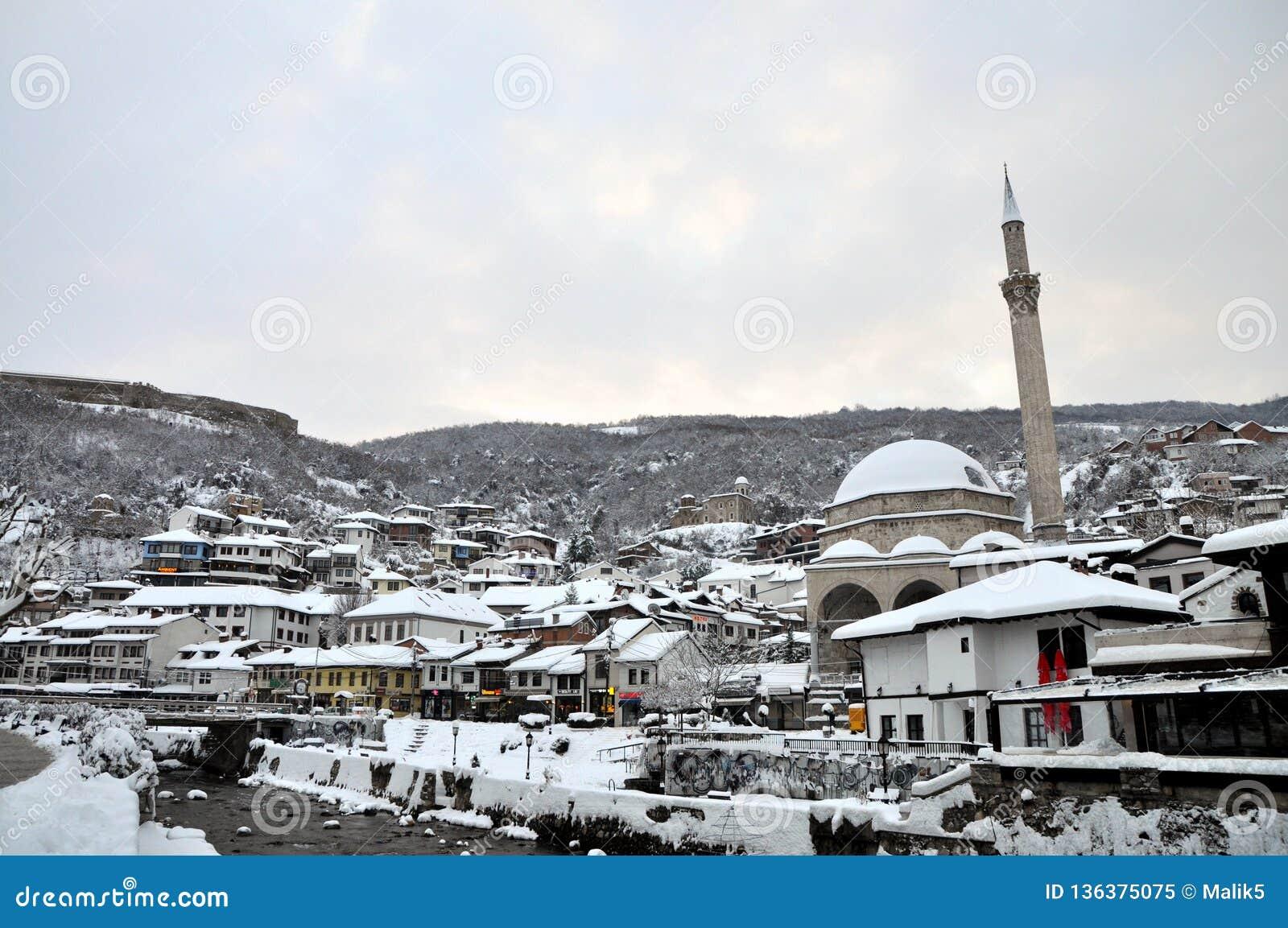 Het oude die deel van Prizren onder de vesting met sneeuw, Kosovo wordt behandeld