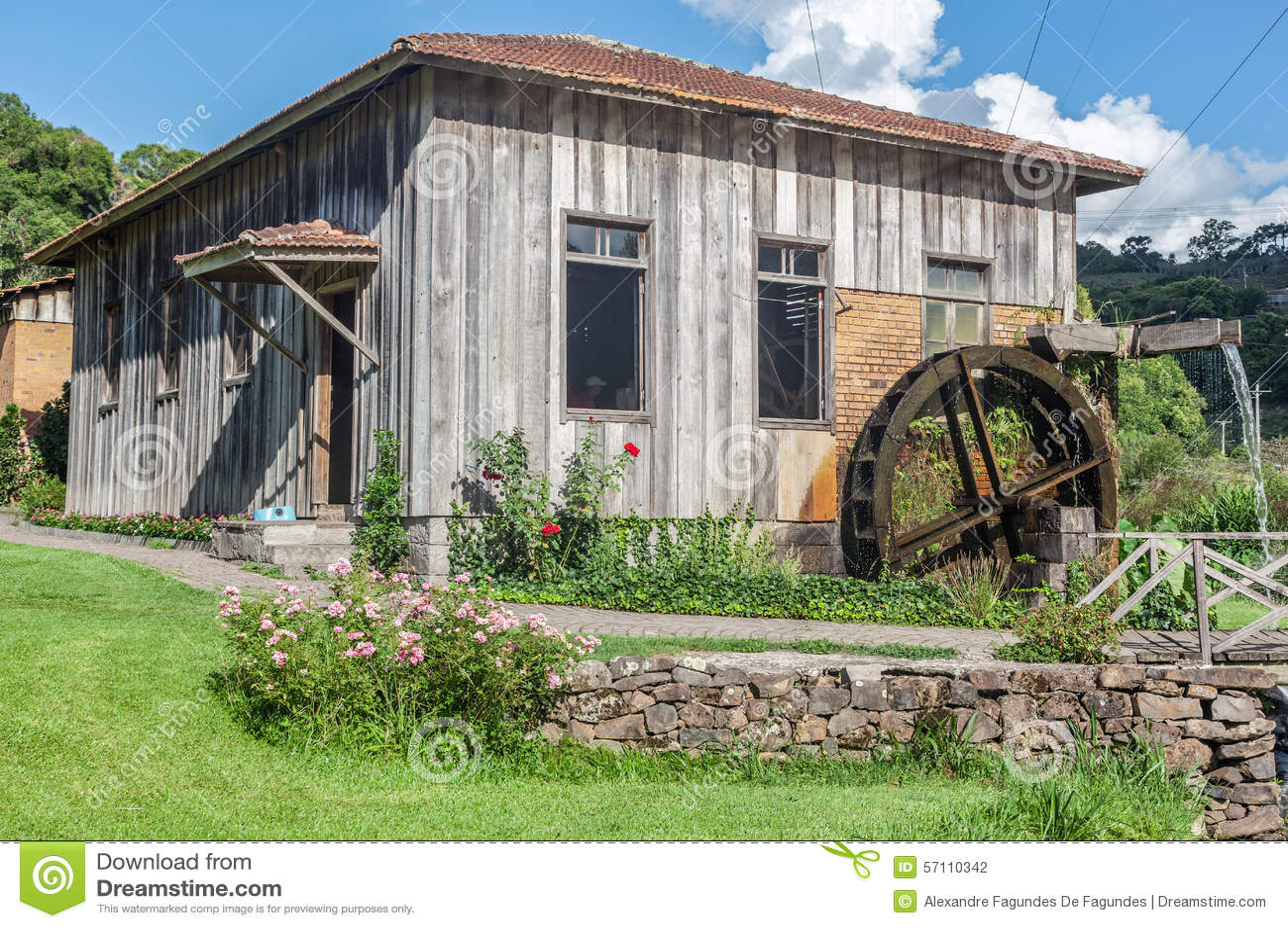 Het oude houten huis van het land stock foto afbeelding 57110342 - Oude huis fotos ...
