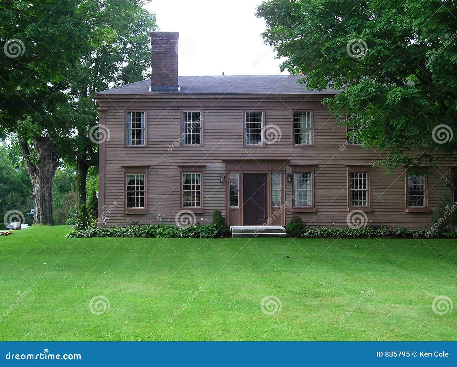 Het oude huis van de stijl van new england georgische koloniale royalty vrije stock foto beeld for Deco oude huis