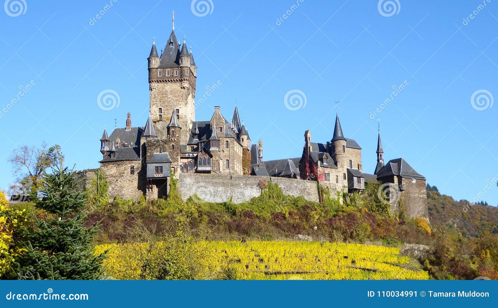 Het oude kasteel van de heuveltop in Cochem Duitsland