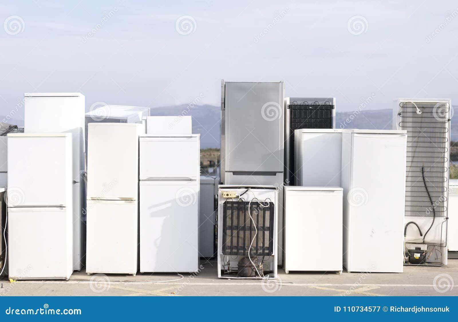 Het oude koelmiddel van koelkastendiepvriezers bij skip van de afvalstortplaats het kringloopmilieu van de installatiehulp