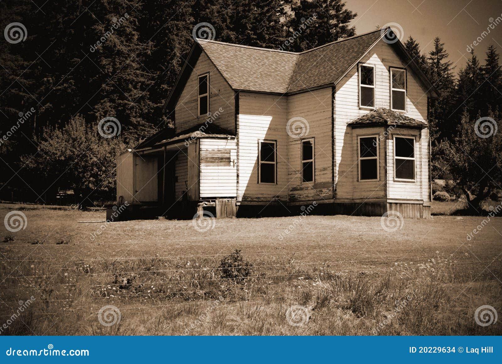 Het oude verlaten huis van het hoevelandbouwbedrijf.
