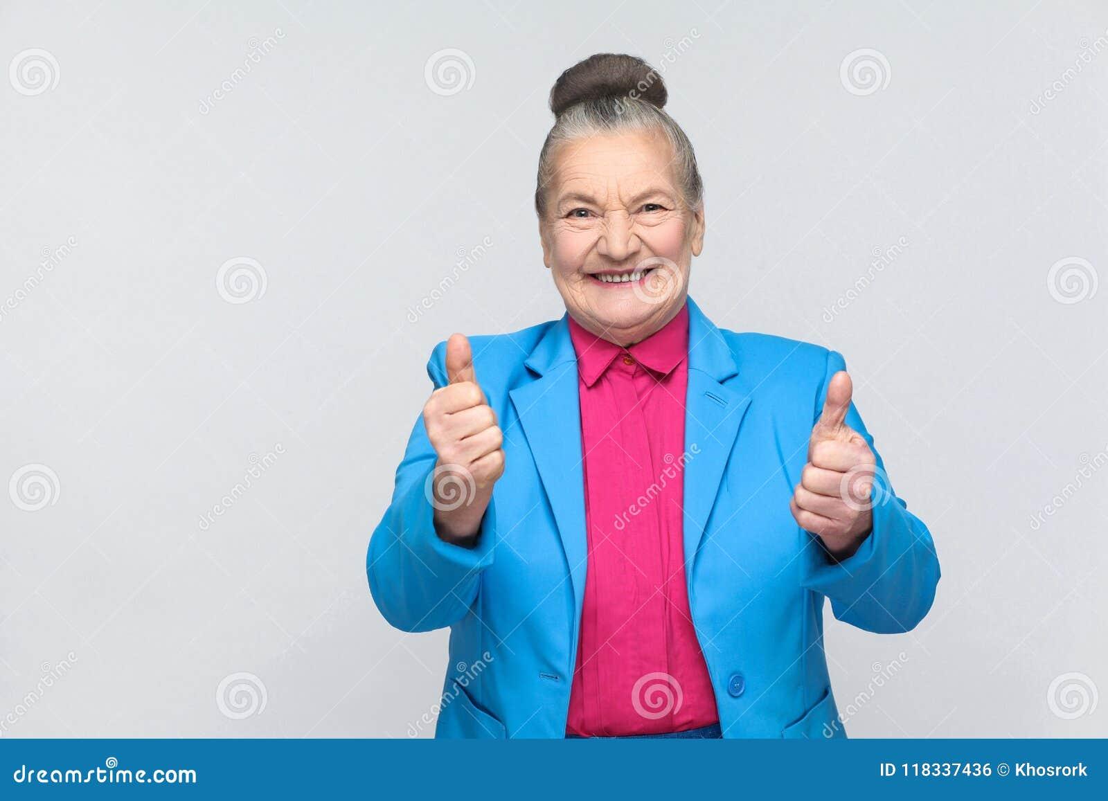 Het oude vrouw toothy glimlachen en het tonen als teken