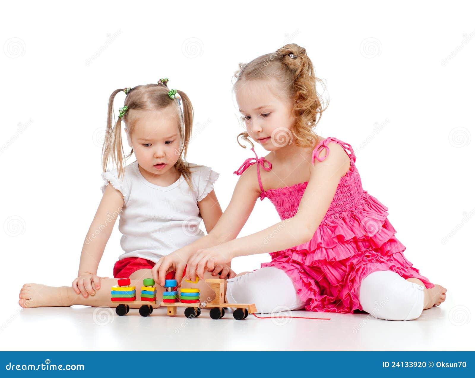 Het oudere zuster spelen met kind