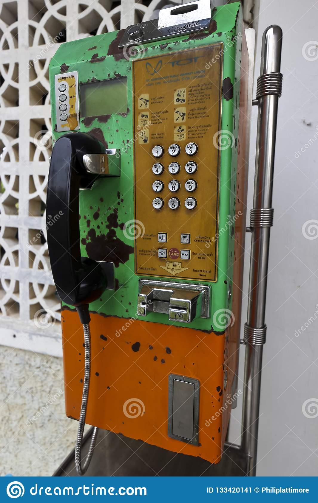 Het ouderwetse muntstuk stelde openbare telefoon in werking