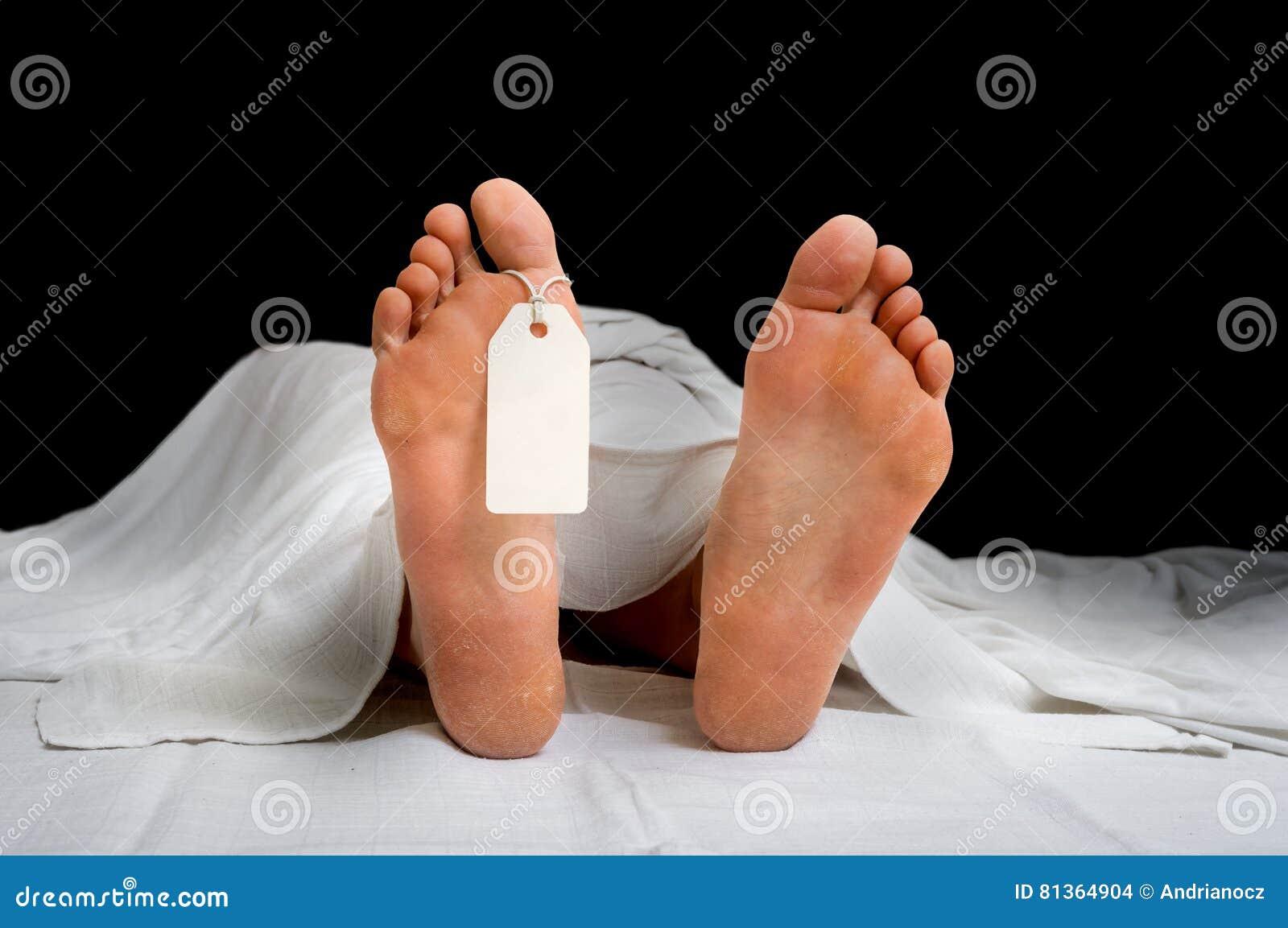 Het overledene` s lichaam met lege markering op voeten