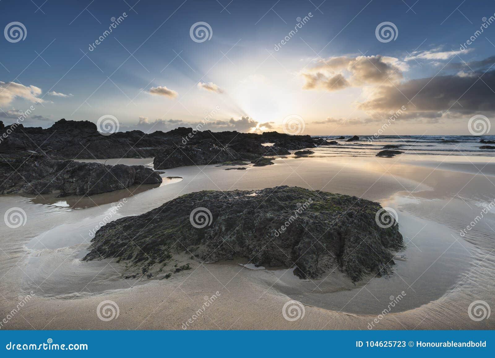 Download Het Overweldigende Beeld Van Het Zonsonderganglandschap Van Zoetwater Het Westenstrand Op Pemb Stock Afbeelding - Afbeelding bestaande uit vreedzaam, cove: 104625723