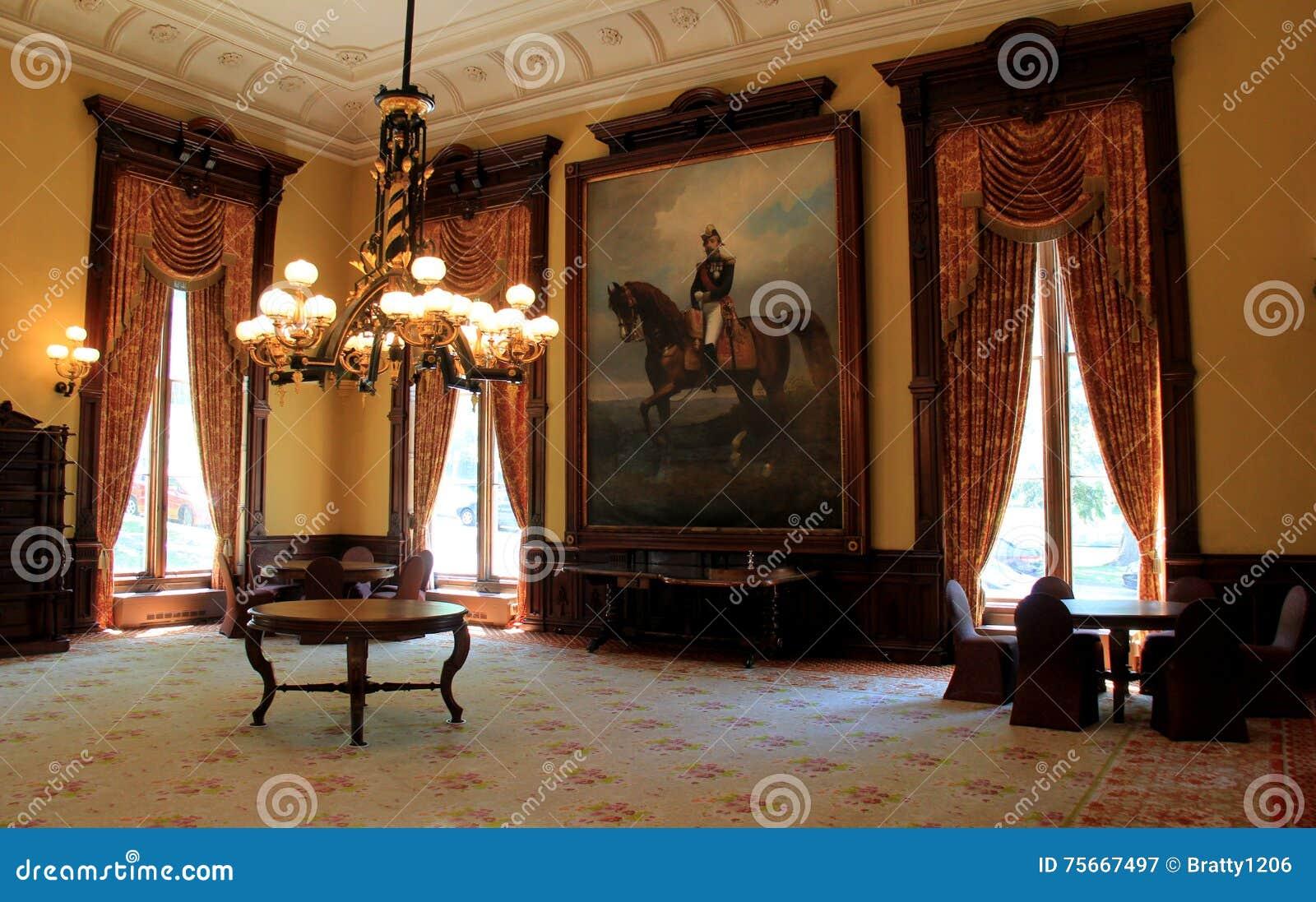 Het overweldigende binnenland, met meubels, portretten en zware kroonluchters, Balzaal, Canfield-Casino, Saratoga springt, NY, 20