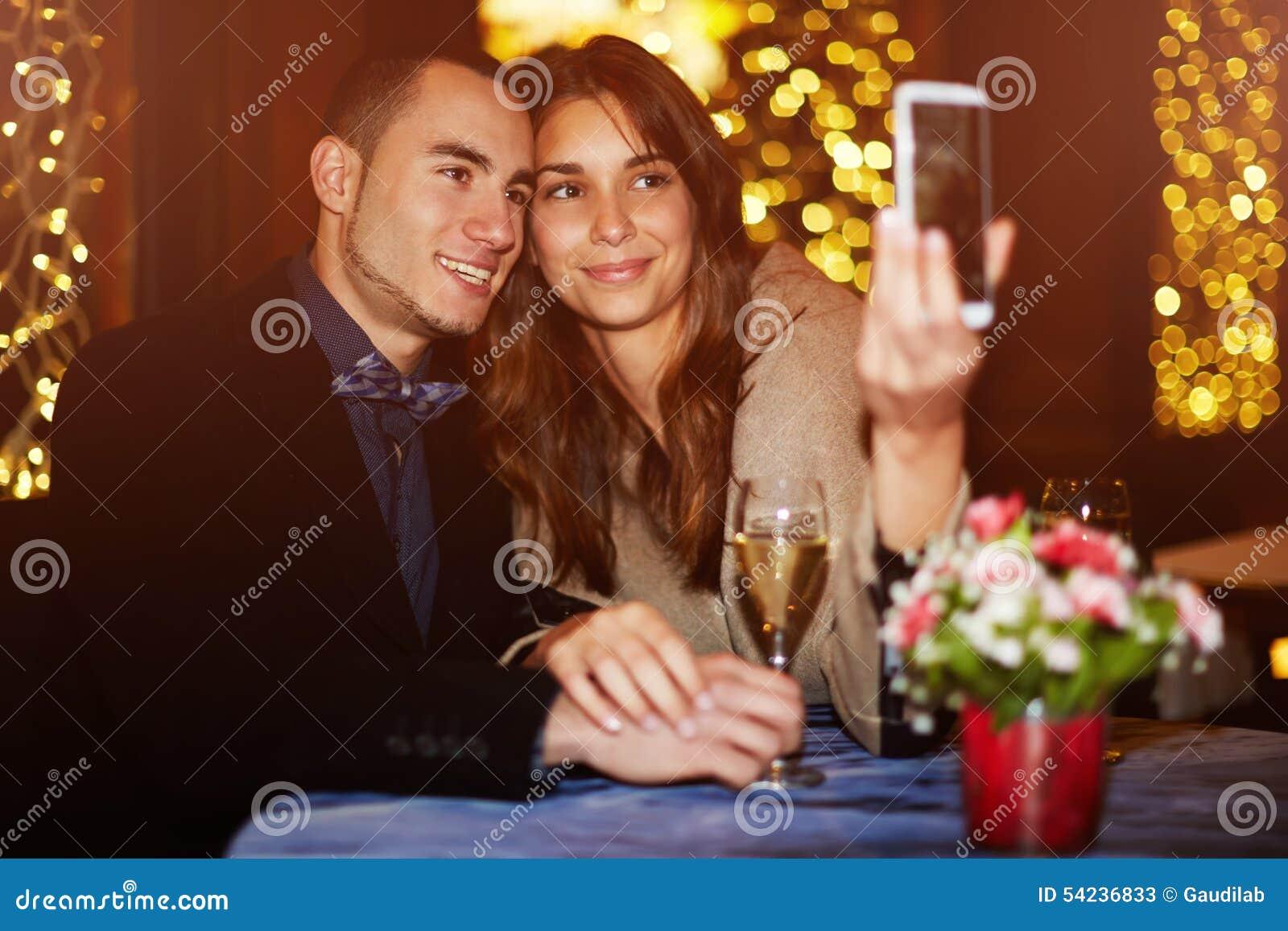 Het paar brengt de Dag van Valentine in het restaurant door en gefotografeerd in geheugen