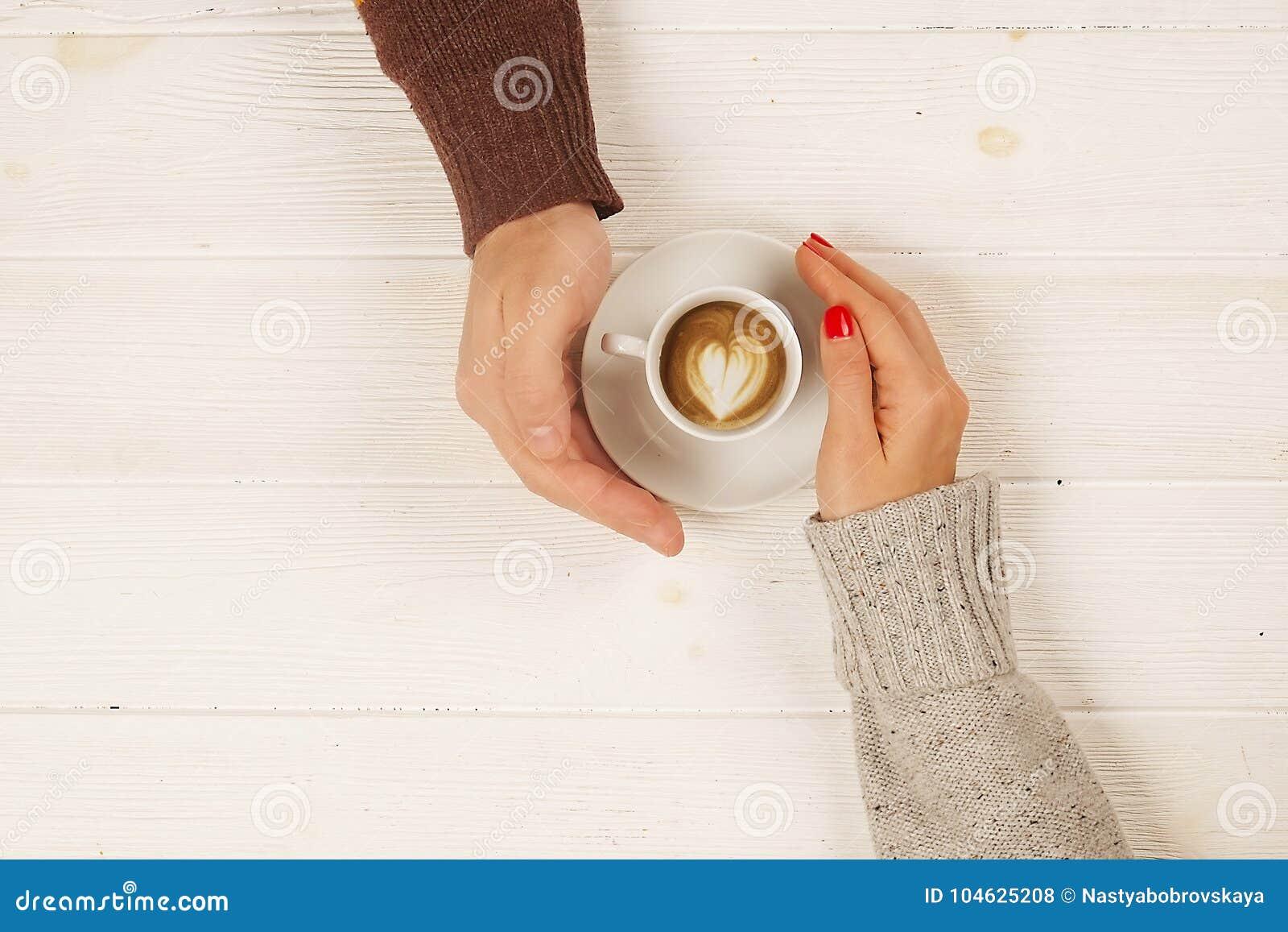 Download Het Paar In De Kop Van De Liefdeholding Van Coffe In Handen Op Houten Hoogste Mening Als Achtergrond, Wijnoogst Stemde Beeld Stock Foto - Afbeelding bestaande uit kerel, achtergrond: 104625208