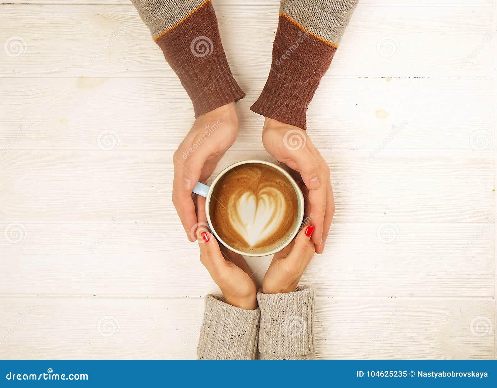 Download Het Paar In De Kop Van De Liefdeholding Van Coffe In Handen Op Houten Hoogste Mening Als Achtergrond, Wijnoogst Stemde Beeld Stock Afbeelding - Afbeelding bestaande uit kaukasisch, kerel: 104625235