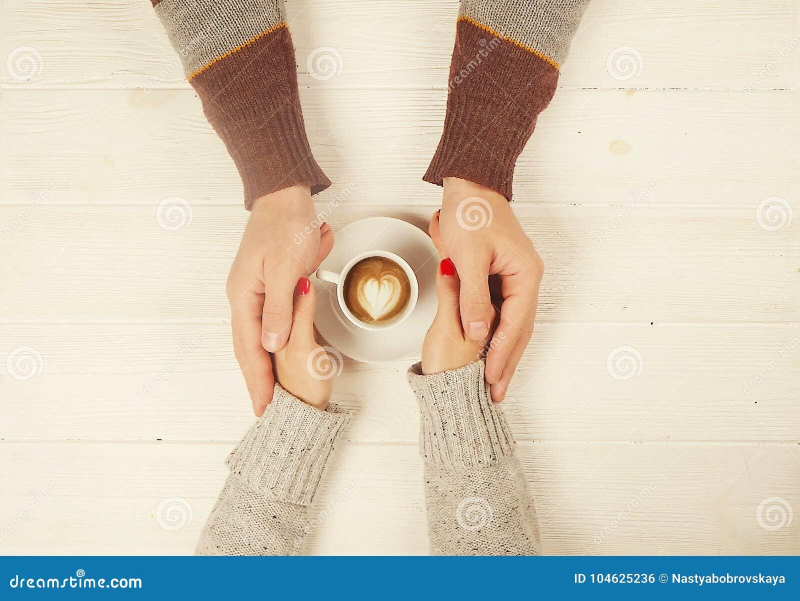 Download Het Paar In De Kop Van De Liefdeholding Van Coffe In Handen Op Houten Hoogste Mening Als Achtergrond, Wijnoogst Stemde Beeld Stock Foto - Afbeelding bestaande uit hand, zorg: 104625236