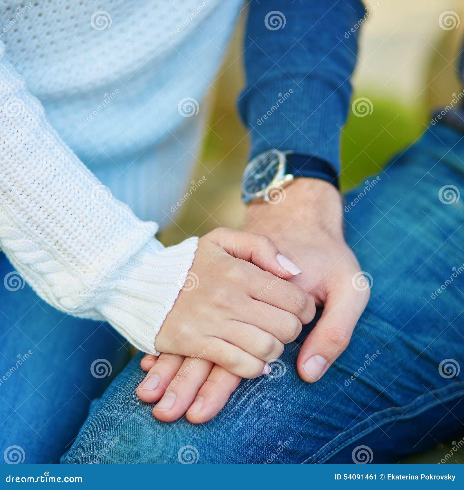 Het paar die elke anderen houden overhandigt