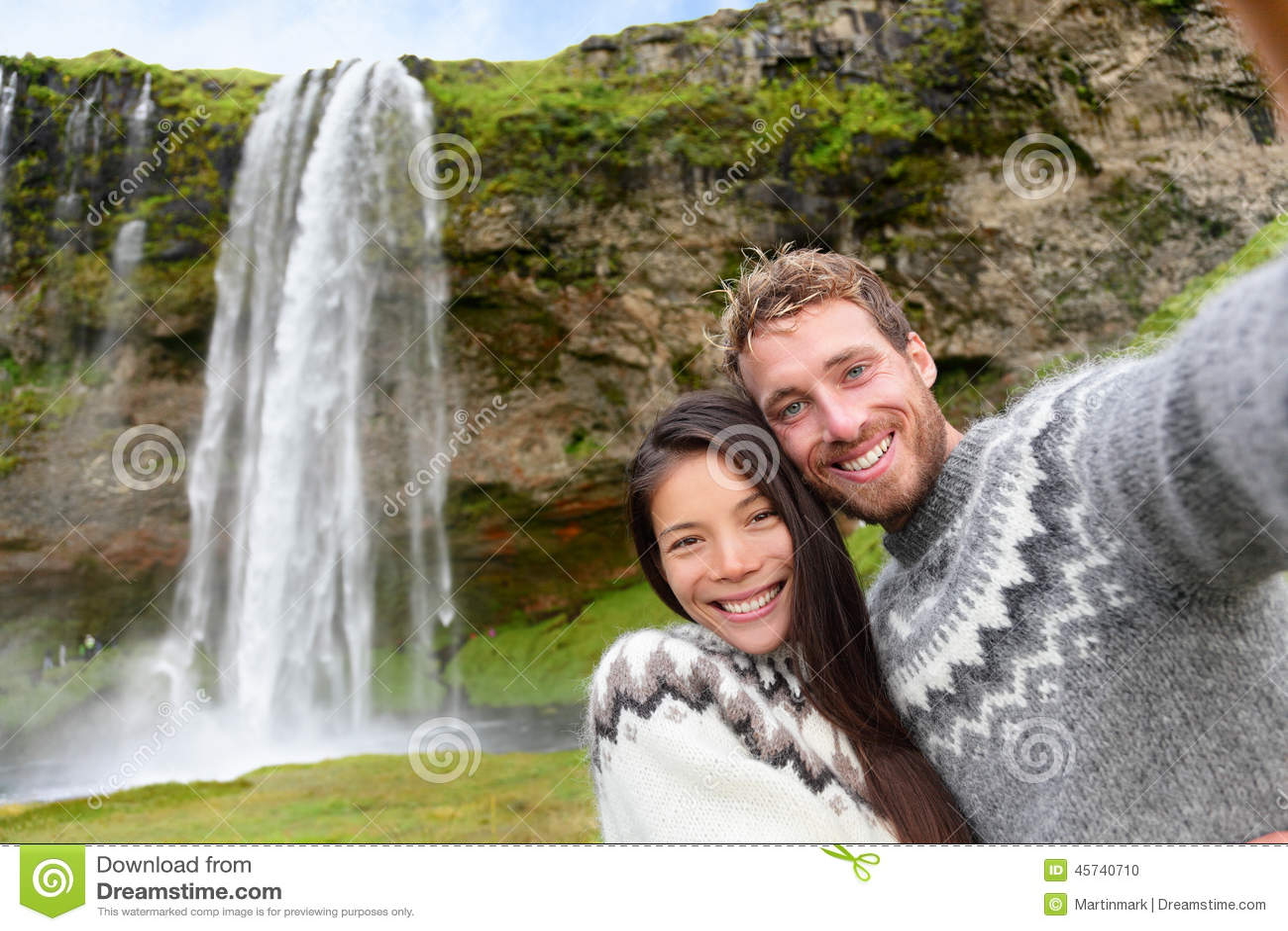 Het paar die van IJsland selfie Ijslandse sweaters dragen