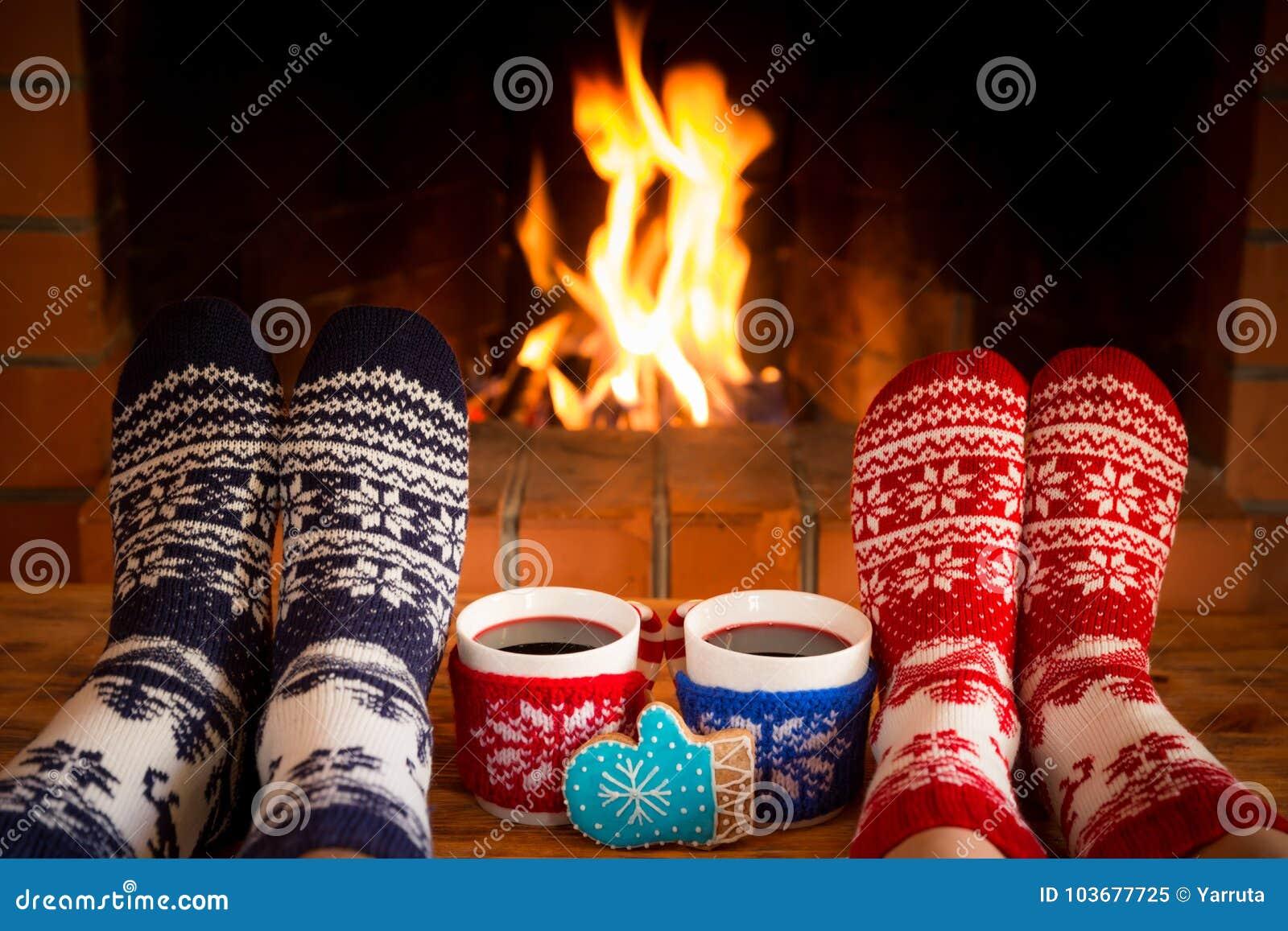 Het paar in Kerstmis mept dichtbij open haard