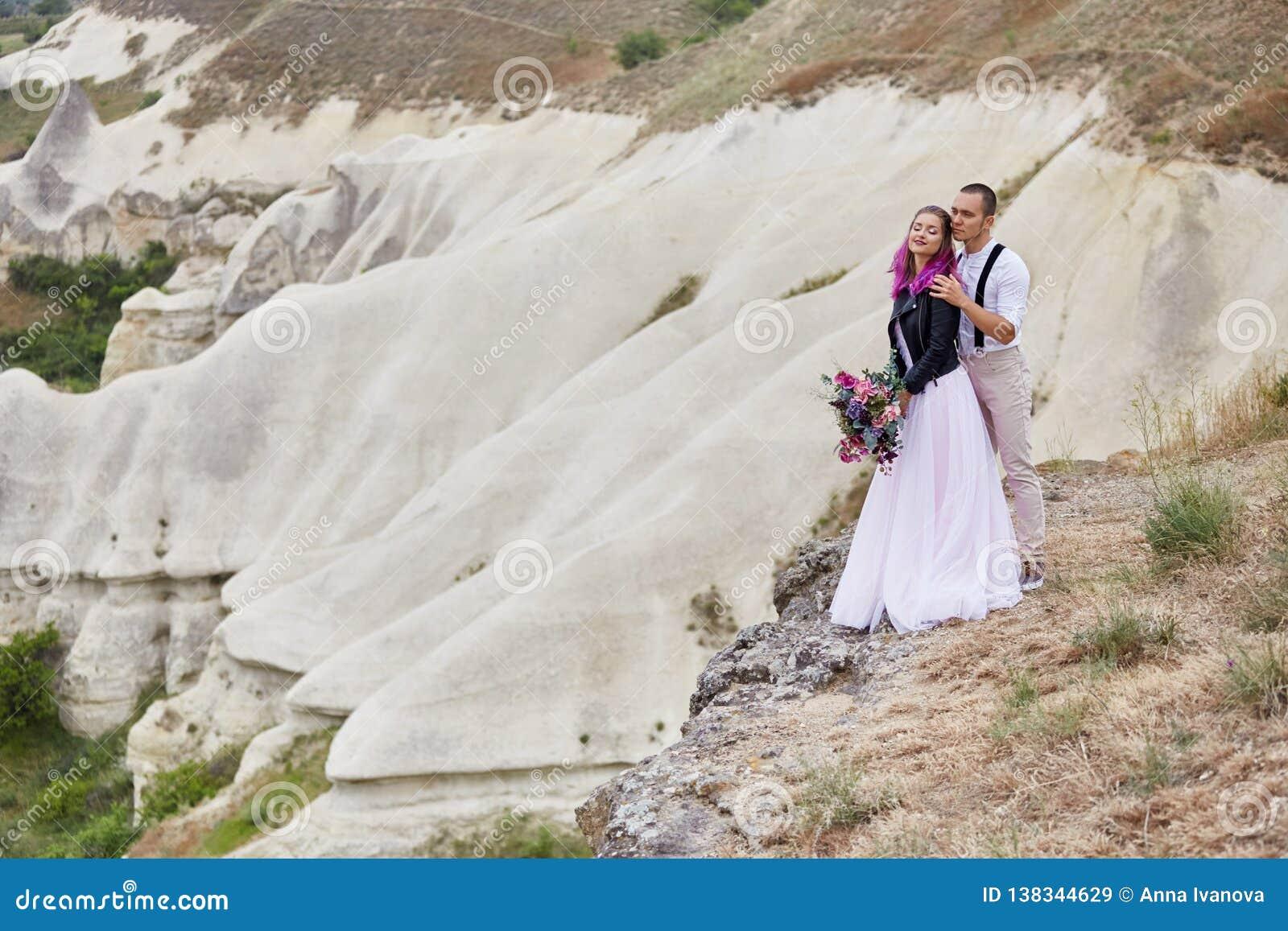 Het paar in liefde ontmoet de dageraad in aard, een en man en een vrouw die koesteren kussen Mooie paar romantische gang, dichte