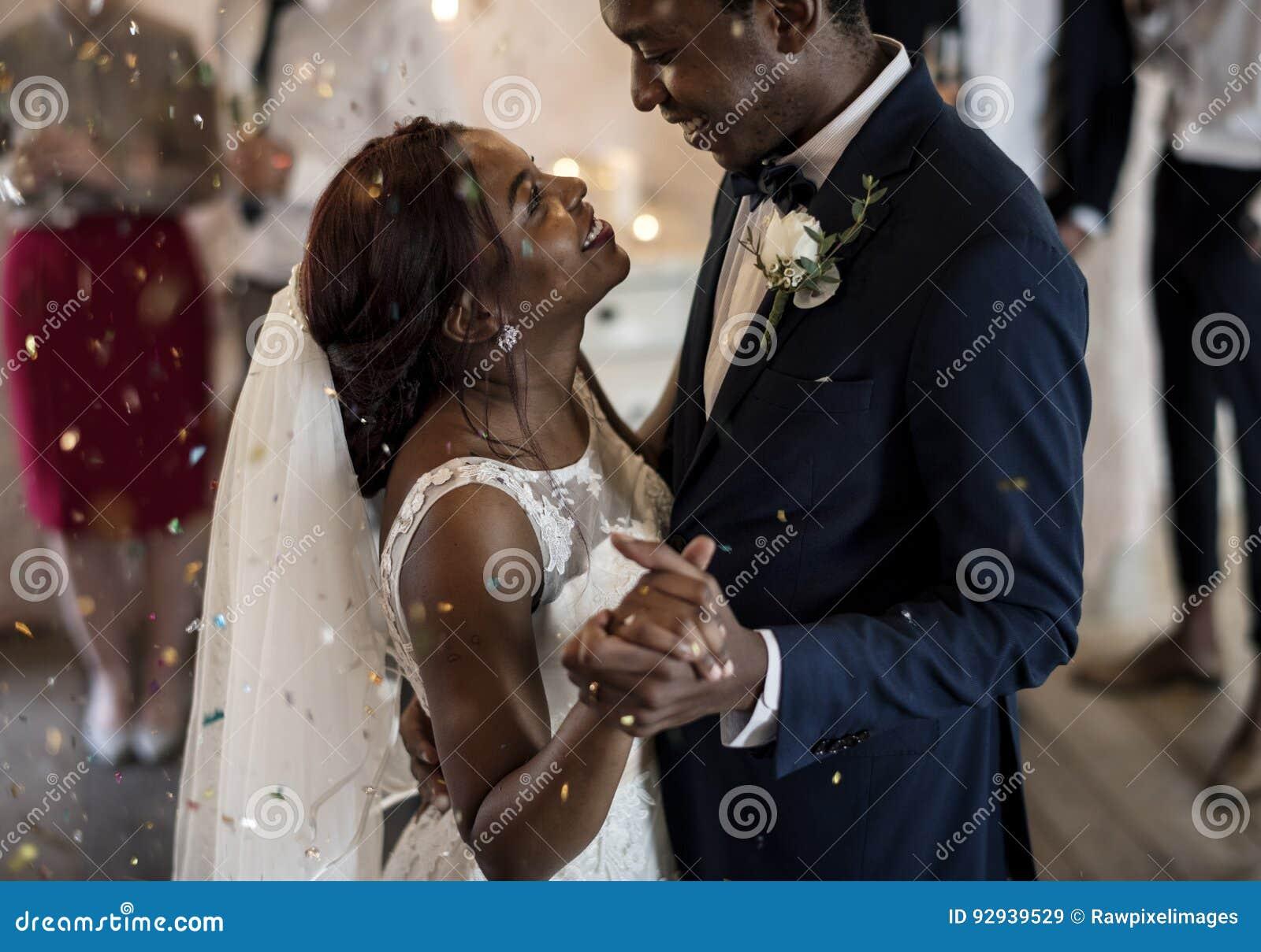 Het Paar van de jonggehuwde Afrikaanse Afdaling het Dansen Huwelijksviering