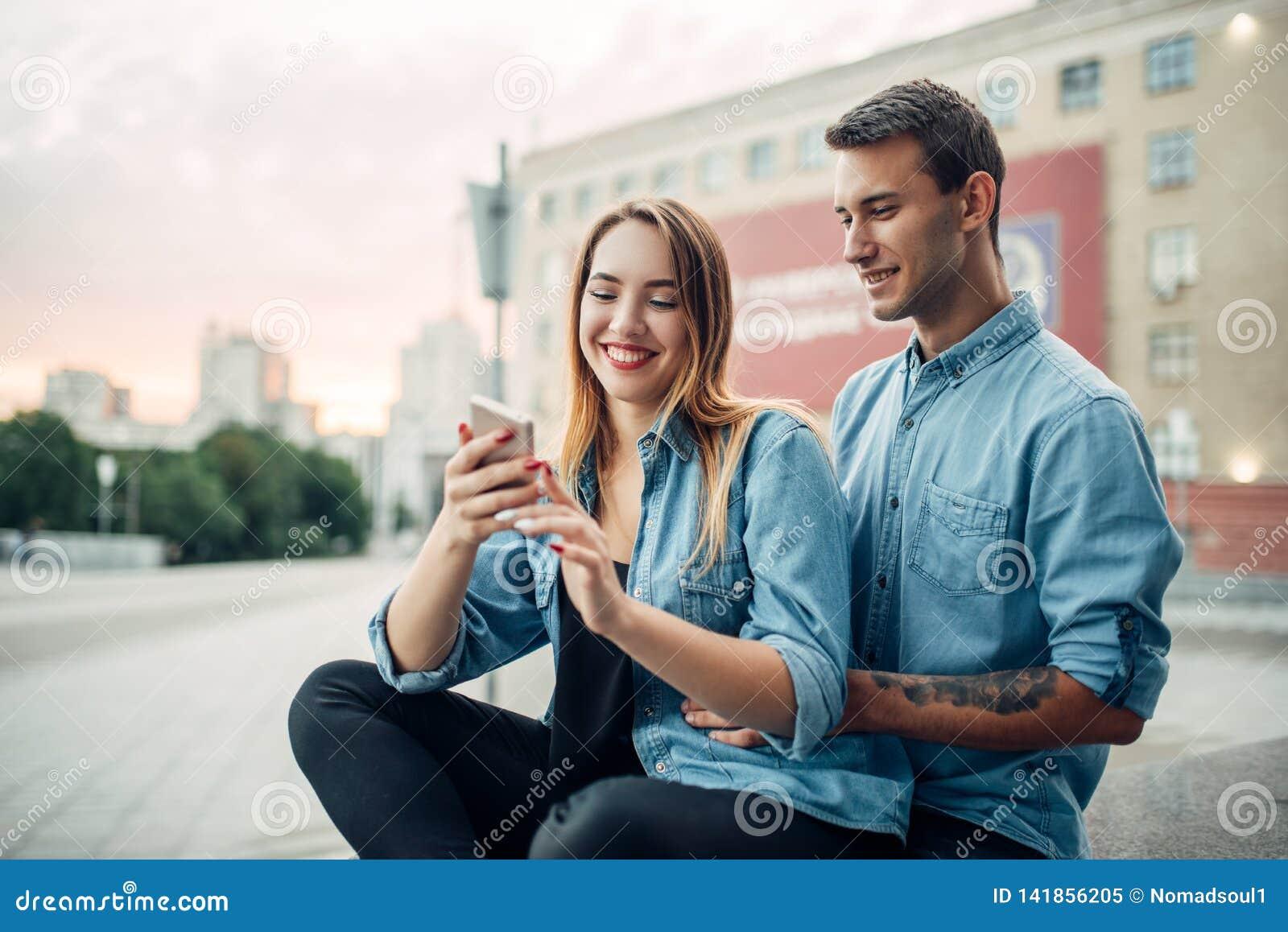 Het paar van de telefoonverslaafde kan niet zonder gadgets leven