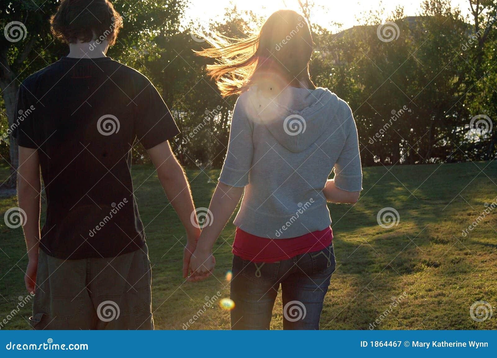 Het paar van de tiener in park