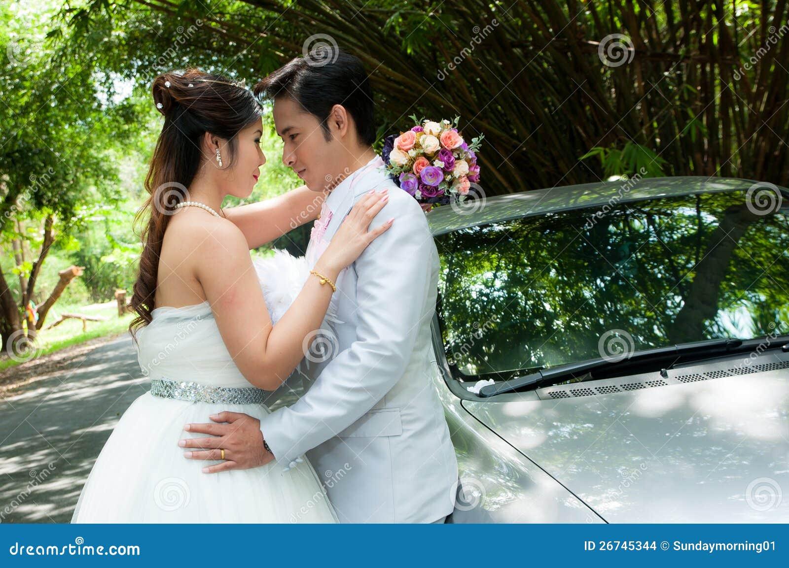 Het paar van het huwelijk in het park in Thailand