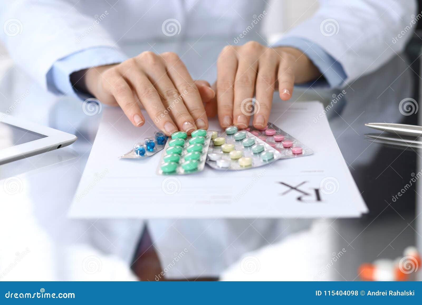 Het pak van de artsenholding van verschillende tablet verschroeit close-up Het leven sparen de dienst, wettelijke drogisterij, sc
