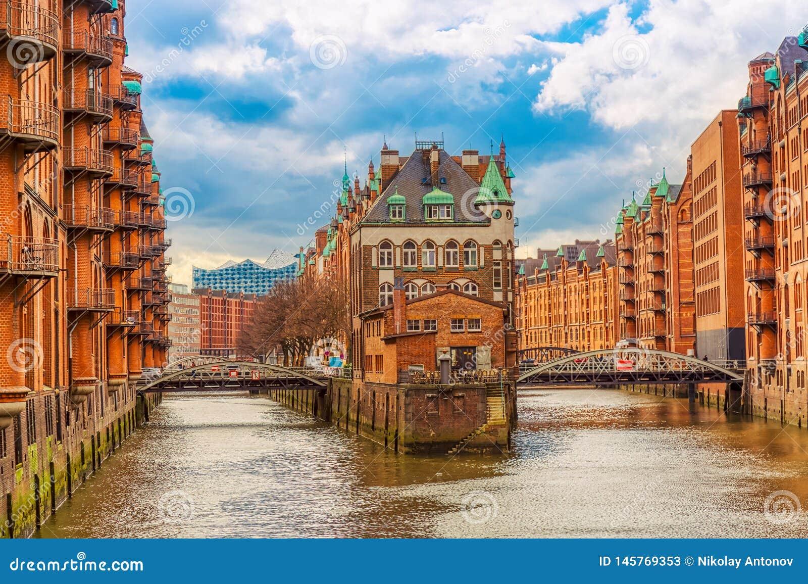 Het Pakhuisdistrict Speicherstadt tijdens de lente in Hamburg, Duitsland Pakhuizen in Hafencity-kwart in Hamburg