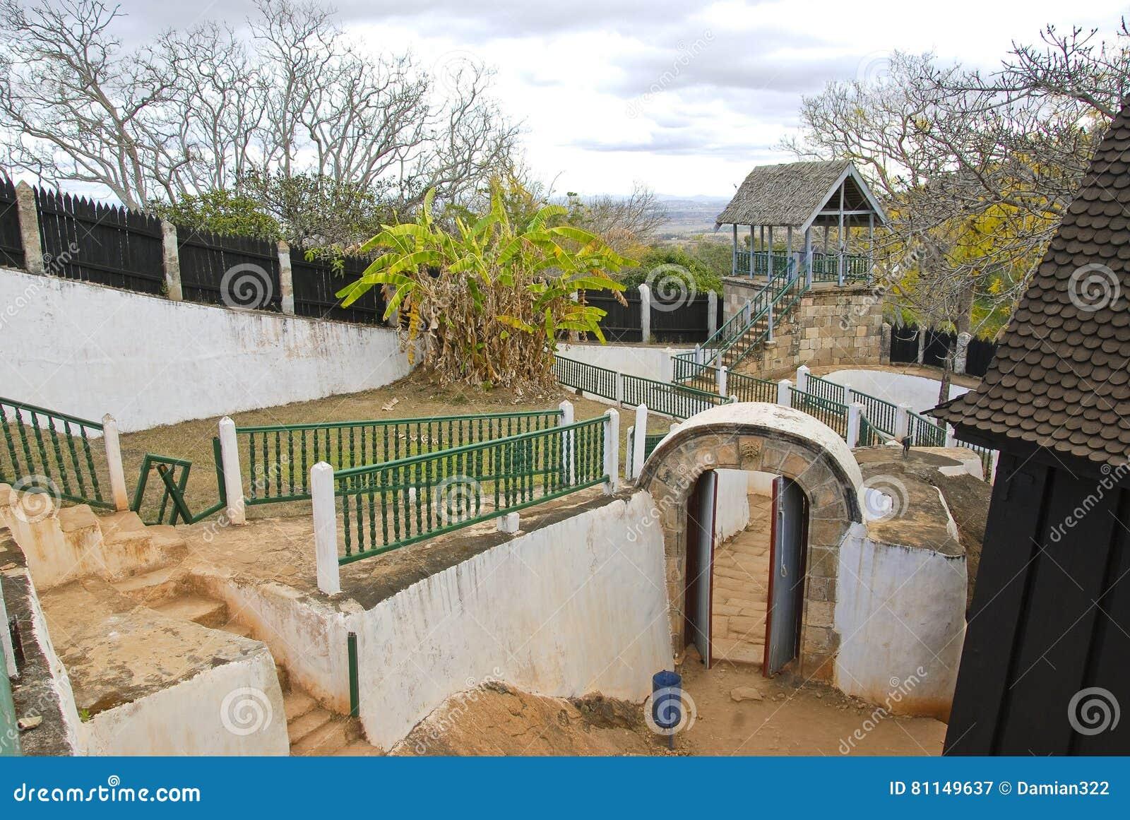 Het paleis Mahandrihono en koninklijke graven op de Koninklijke heuvel Ambohi