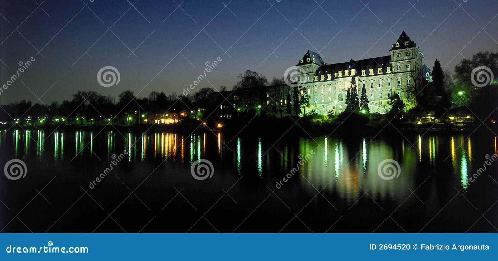 Het paleis van de rivier bij schemer