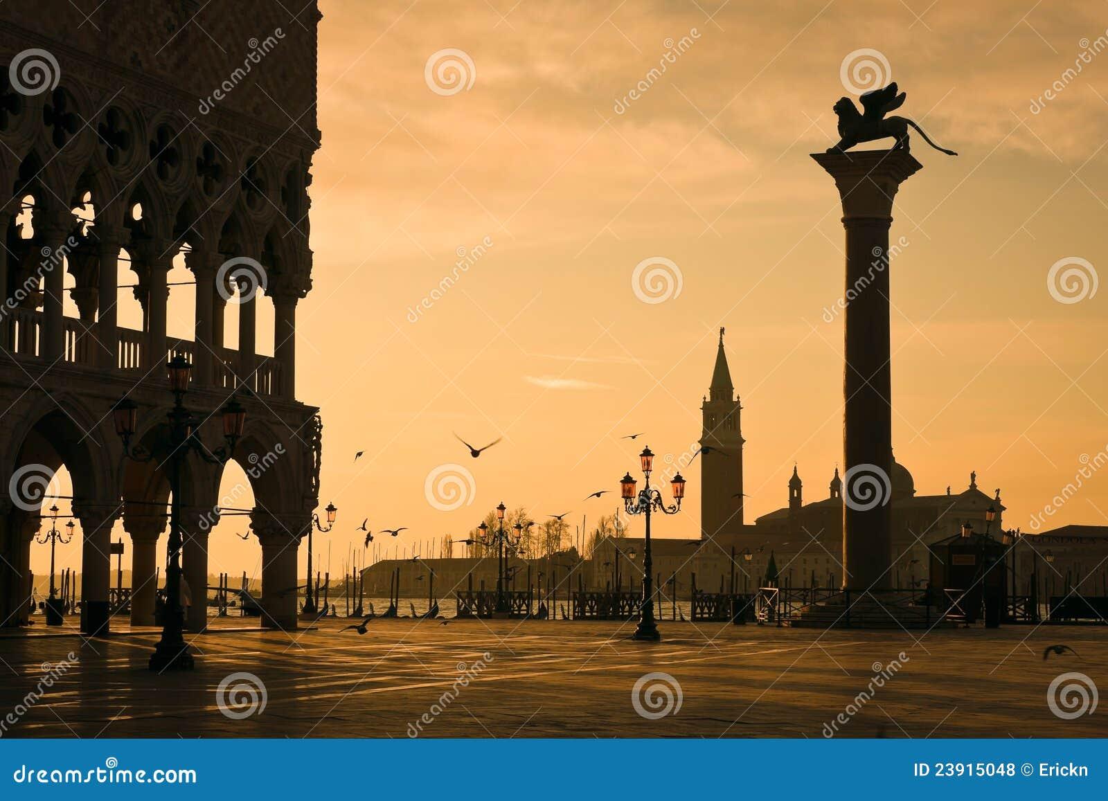 Het Paleis van doges bij dageraad in Venetië