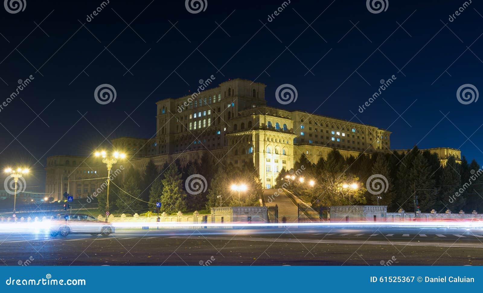 Het paleis van het het parlement of van mensen huis bij nacht redactionele fotografie - Het upgraden van m ...