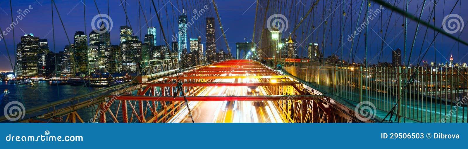 Het panorama van de Brug van Brooklyn met verkeer