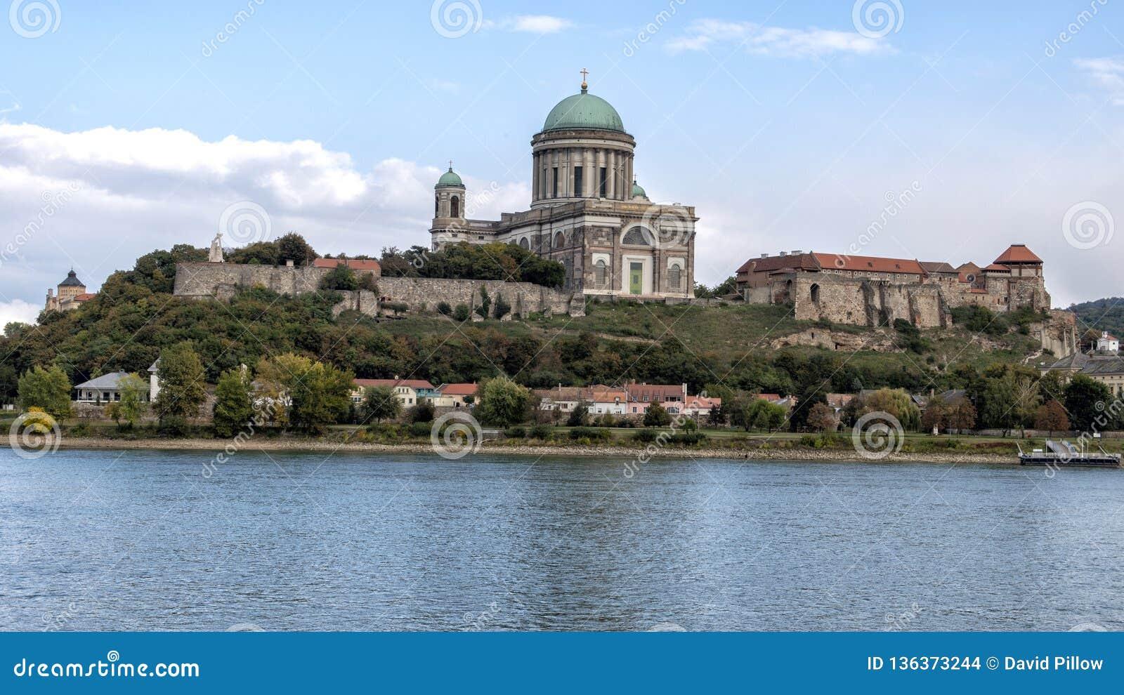 Het panorama van de kasteelheuvel van Sturovo, Slowakije