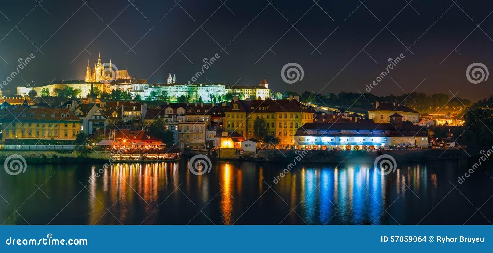 Het panorama van de nacht van Praag, Tsjechische Republiek Kasteel