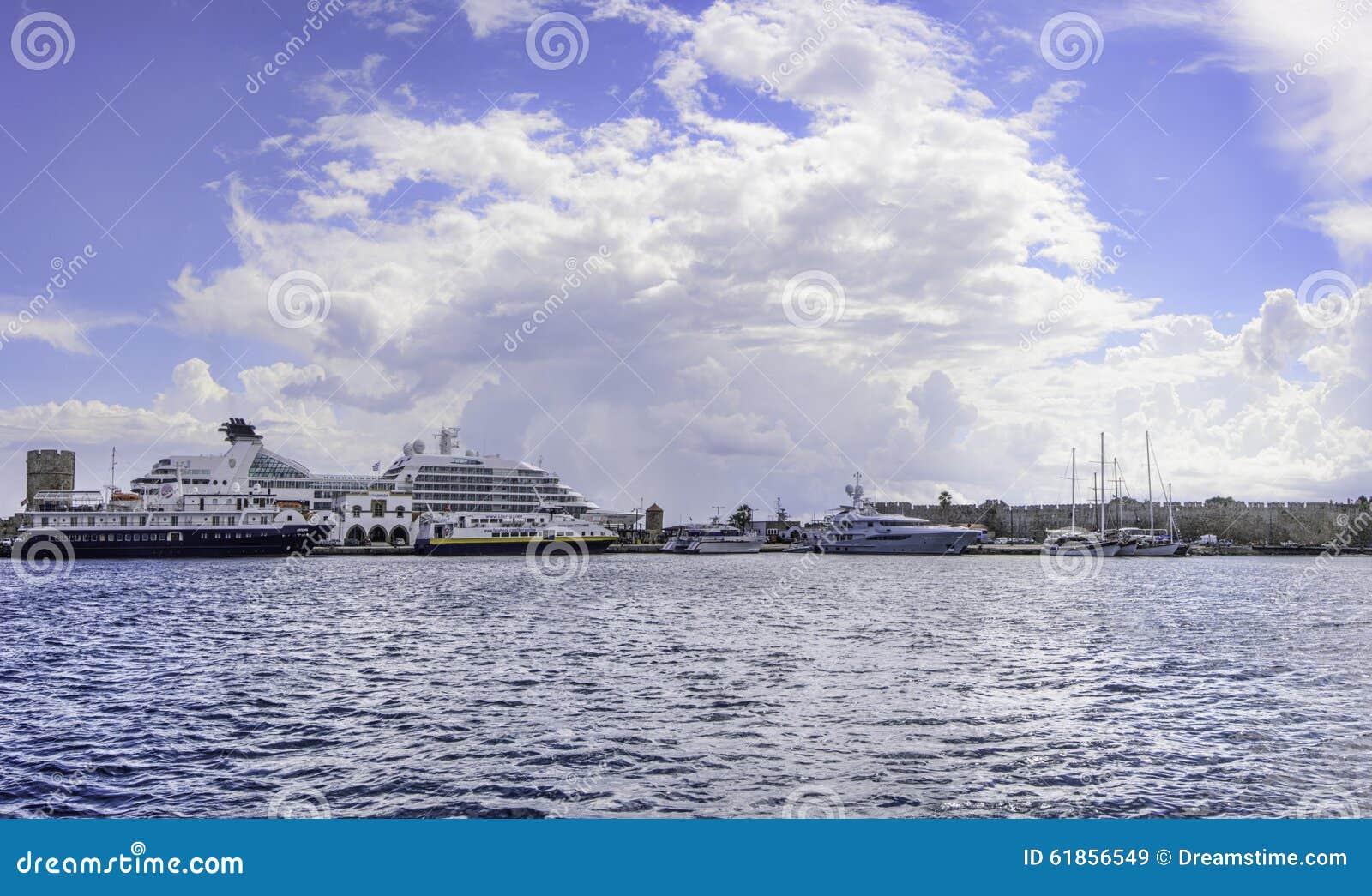 Het panorama van Griekenland Rhodes Bay met Cruiseschepen