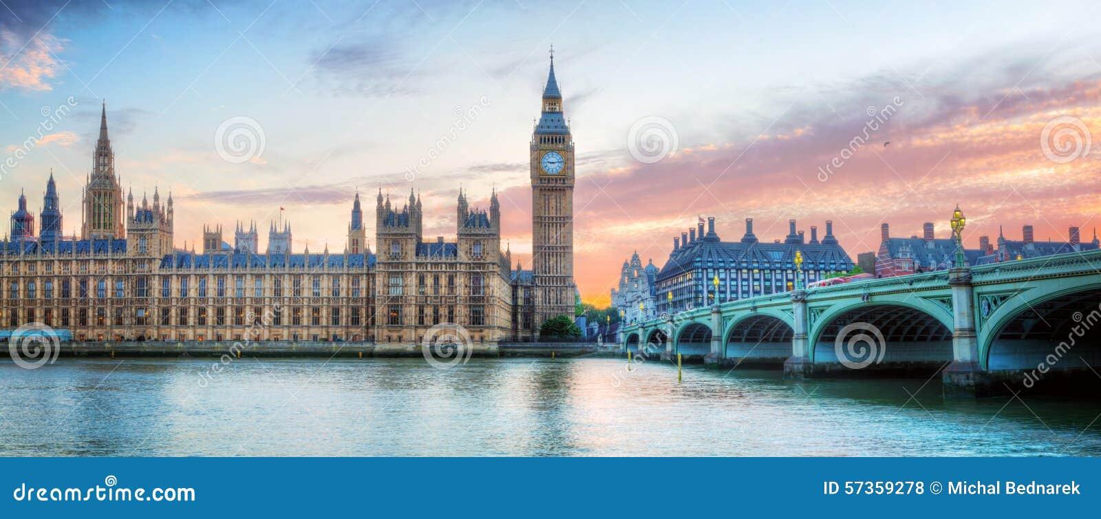 Het panorama van Londen, het UK Big Ben in het Paleis van Westminster op Rivier Theems bij zonsondergang