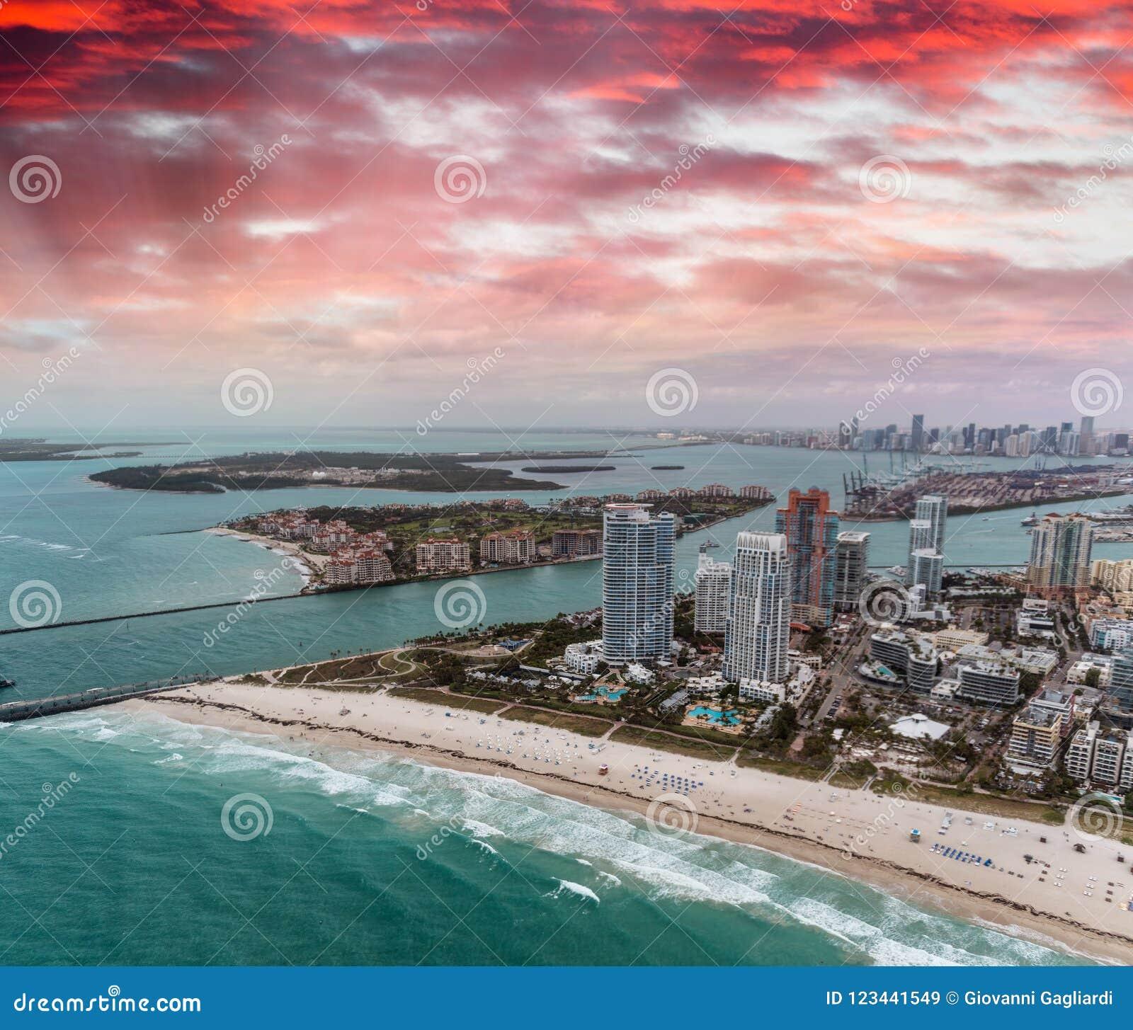 Het Park van zuidenpointe en de horizon van Miami van helikopter