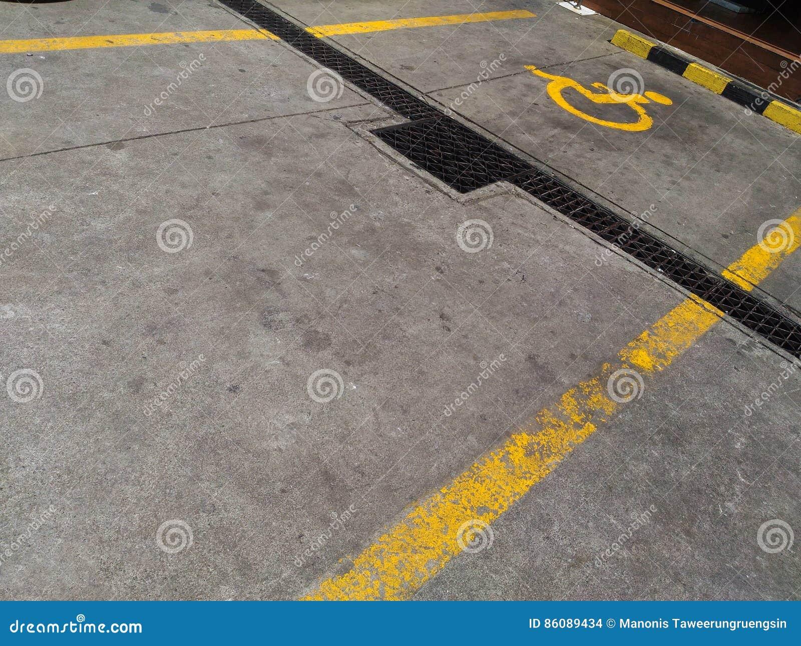 Het parkeerterrein voor maakt personen onbruikbaar merkte geel geschilderd teken op de vloer