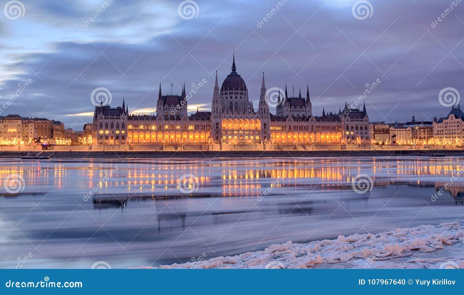 Het Parlement die van Boedapest frontale mening in de winter bouwen