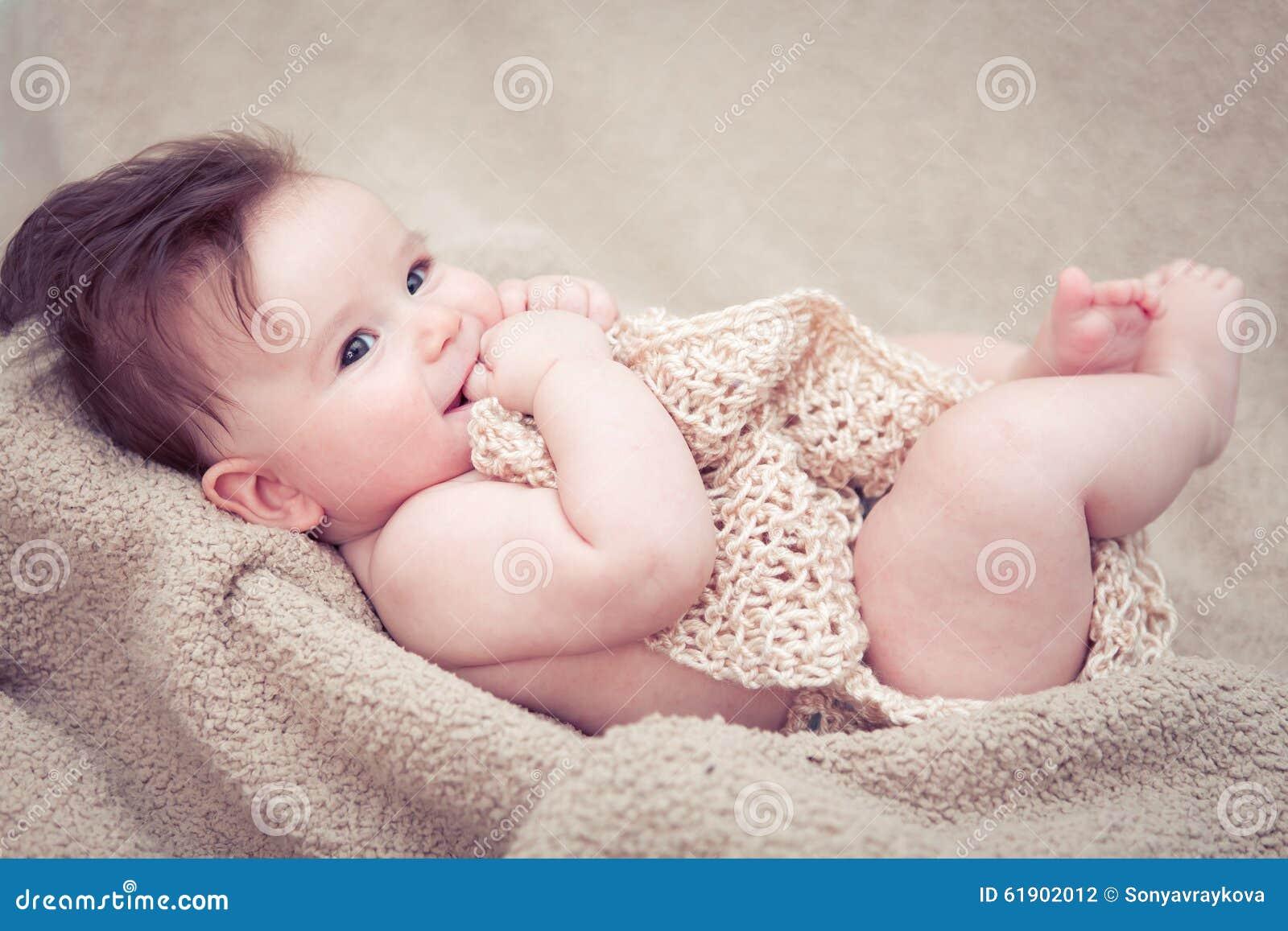 Het pasgeboren babyjongen glimlachen