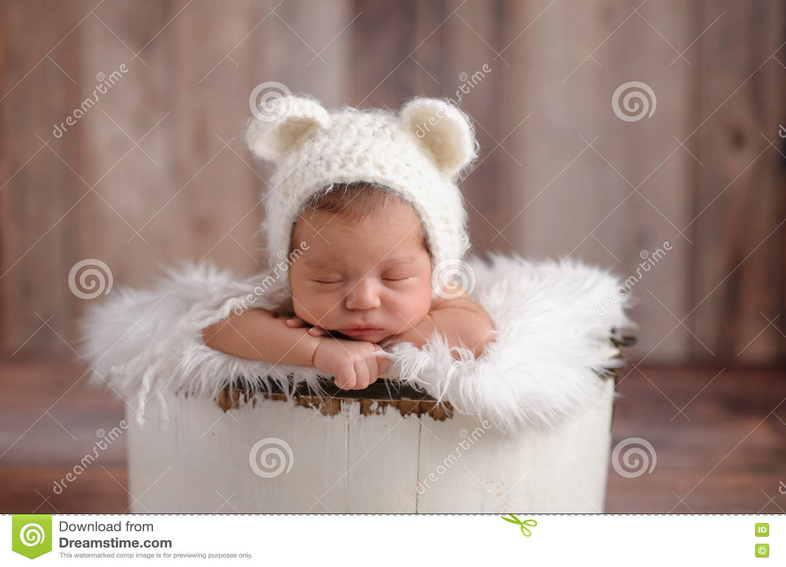 Het pasgeboren Meisje die een Wit dragen draagt Hoed