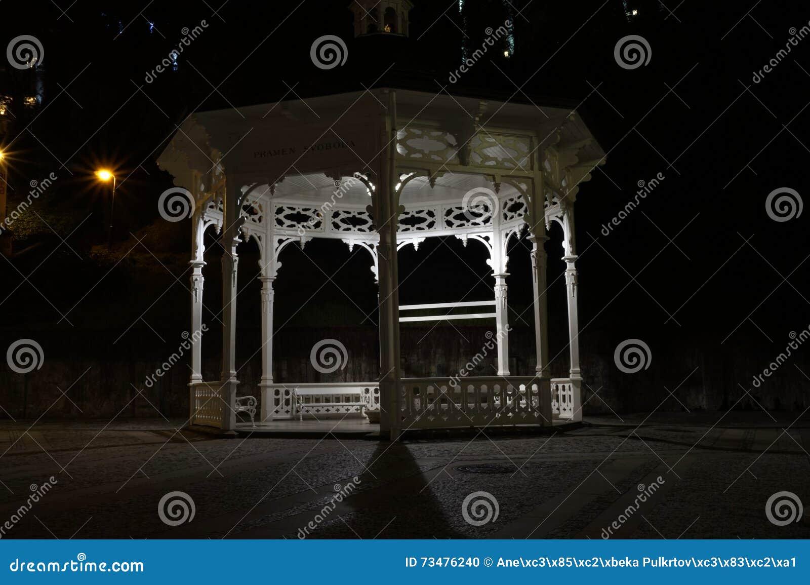 Het paviljoen bij nacht in Karlovy varieert