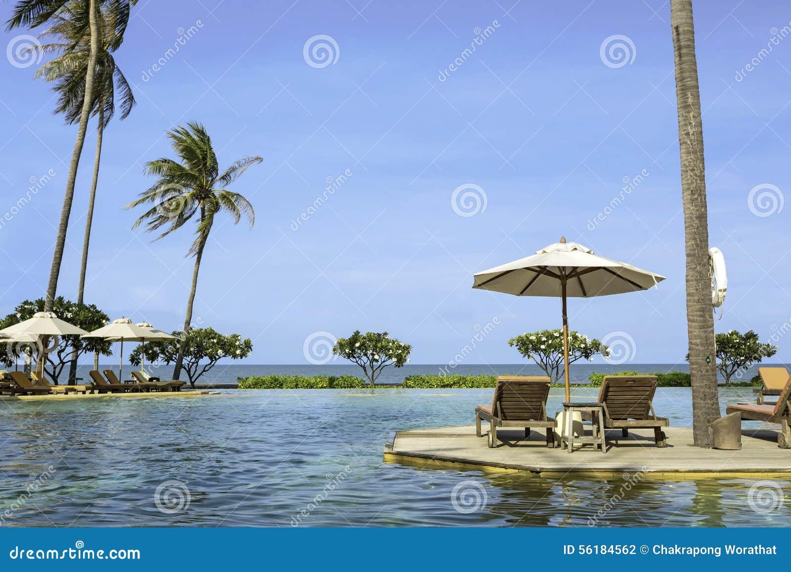 Het perfecte strand zwembad met tropische toevlucht ontspant stock foto afbeelding 56184562 - Zwembad met strand ...